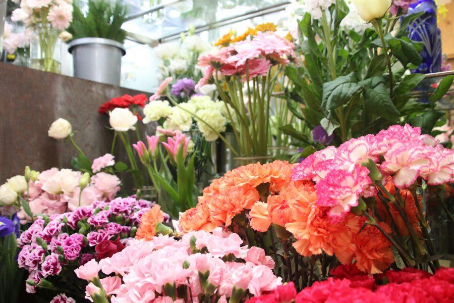 切り花のほか寄せ植え、ガーデニング用品も
